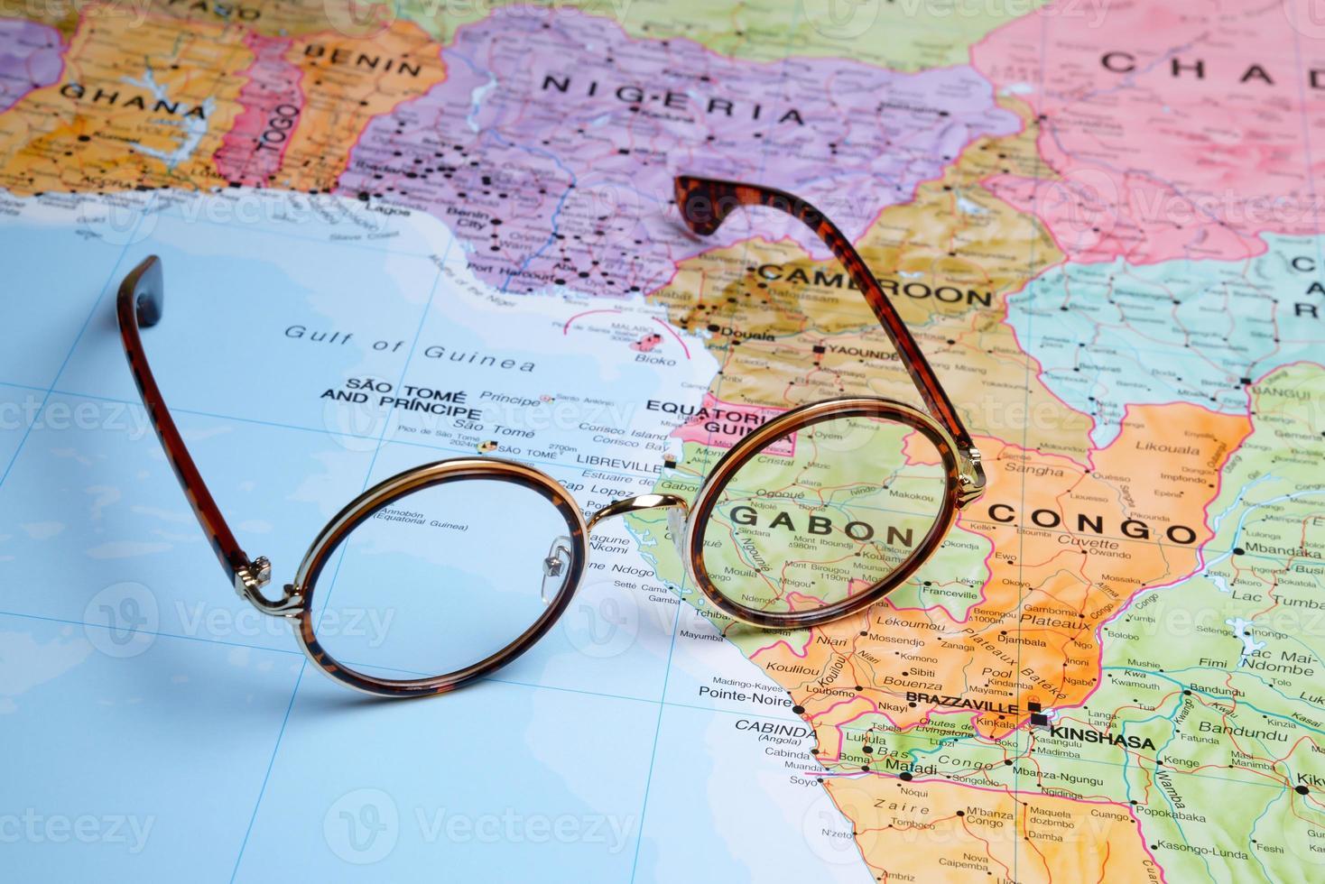 glasögon på en karta - gabon foto