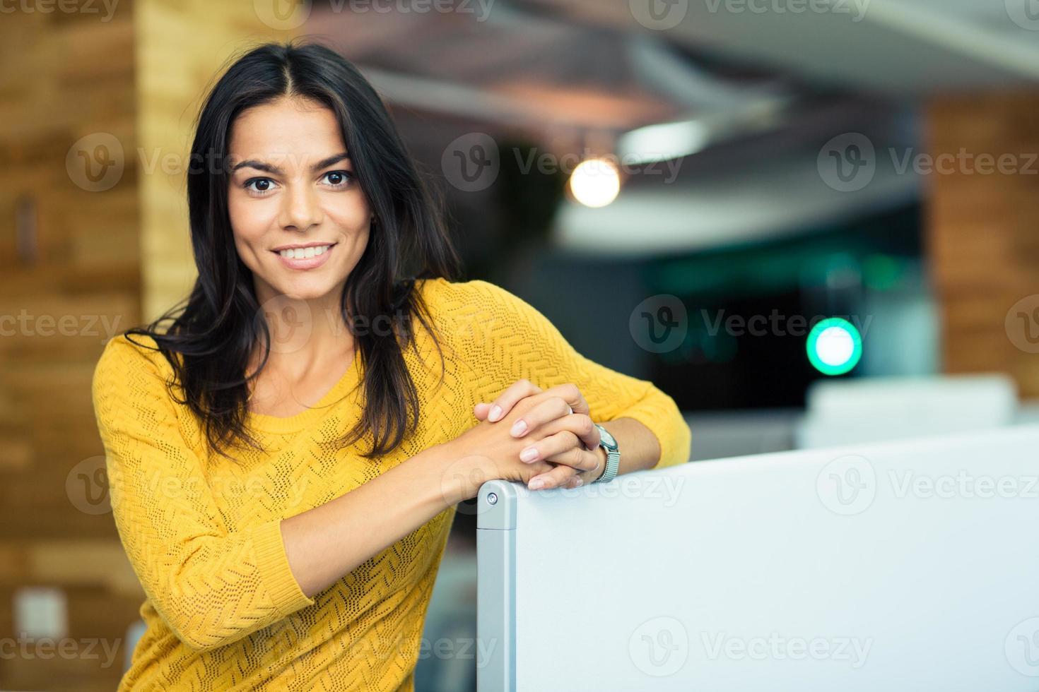 porträtt av en glad vacker affärskvinna foto