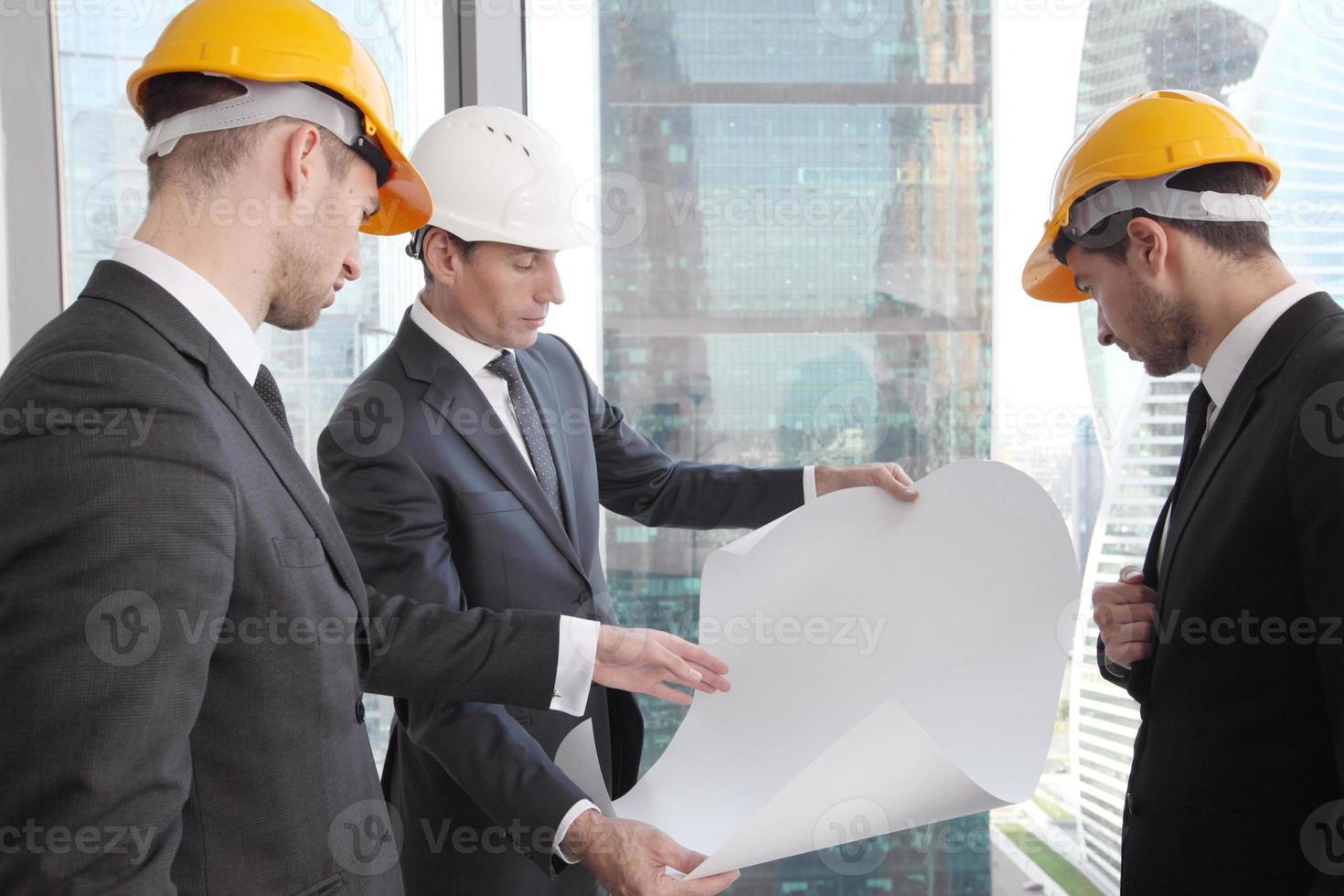 affärsmän och arkitektteam foto