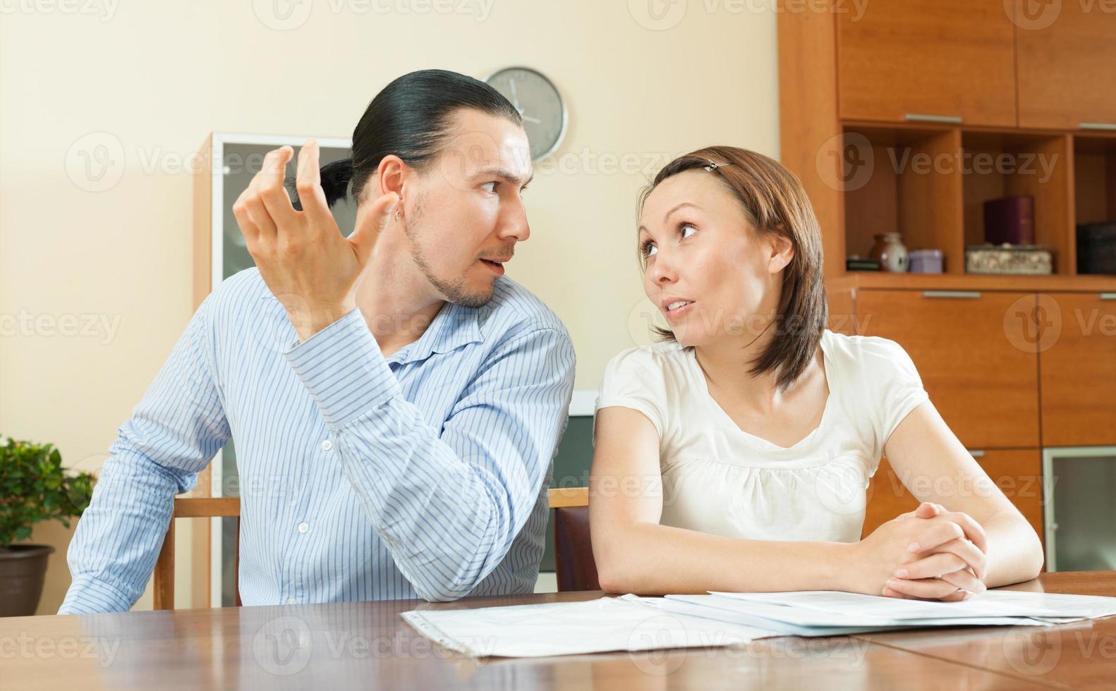 kvinna som frågar pengar från make för köpet foto
