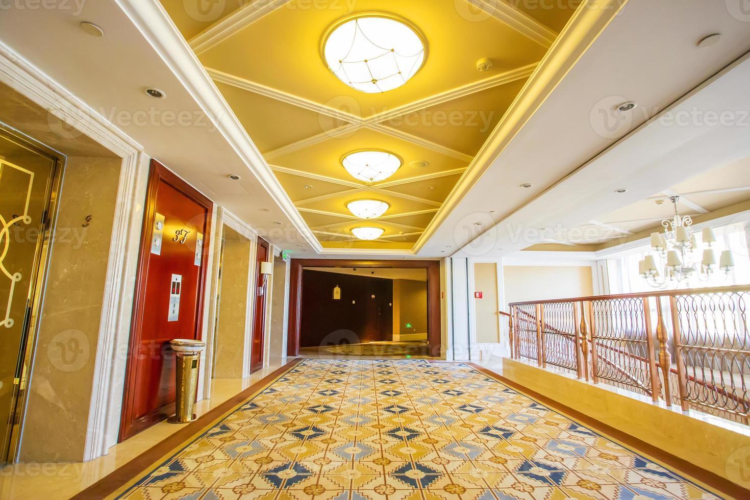 modernt hotellinredning och korridor foto