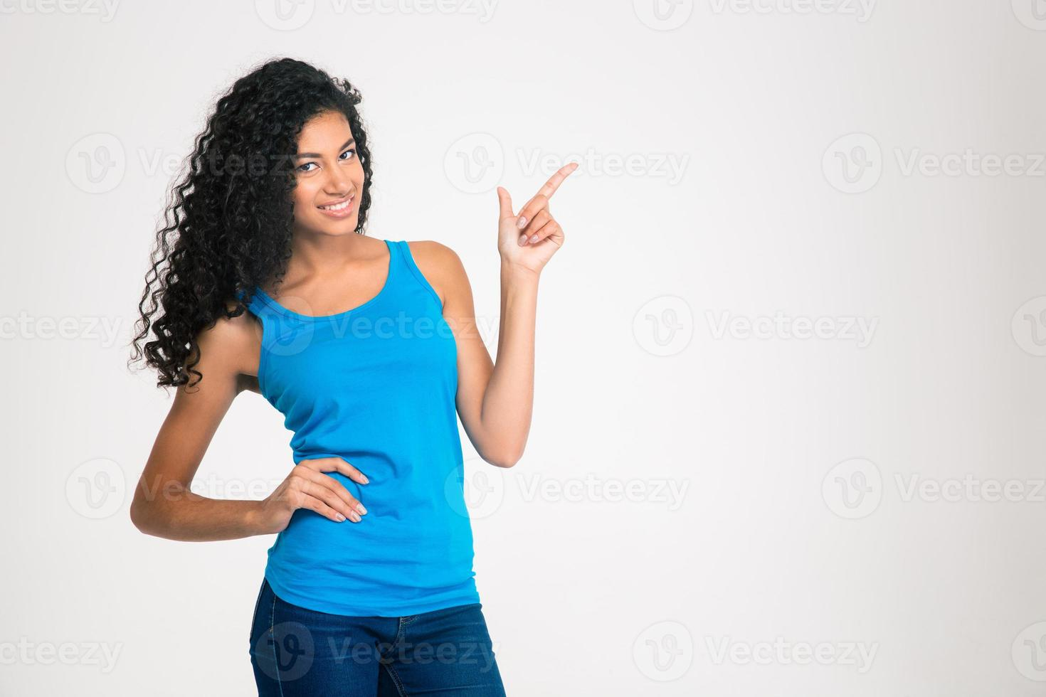 afro amerikansk kvinna som pekar fingret bort foto