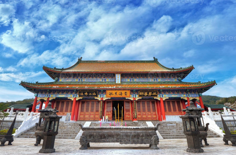 kinesiskt tempel med vacker bakgrund för blå himmel foto