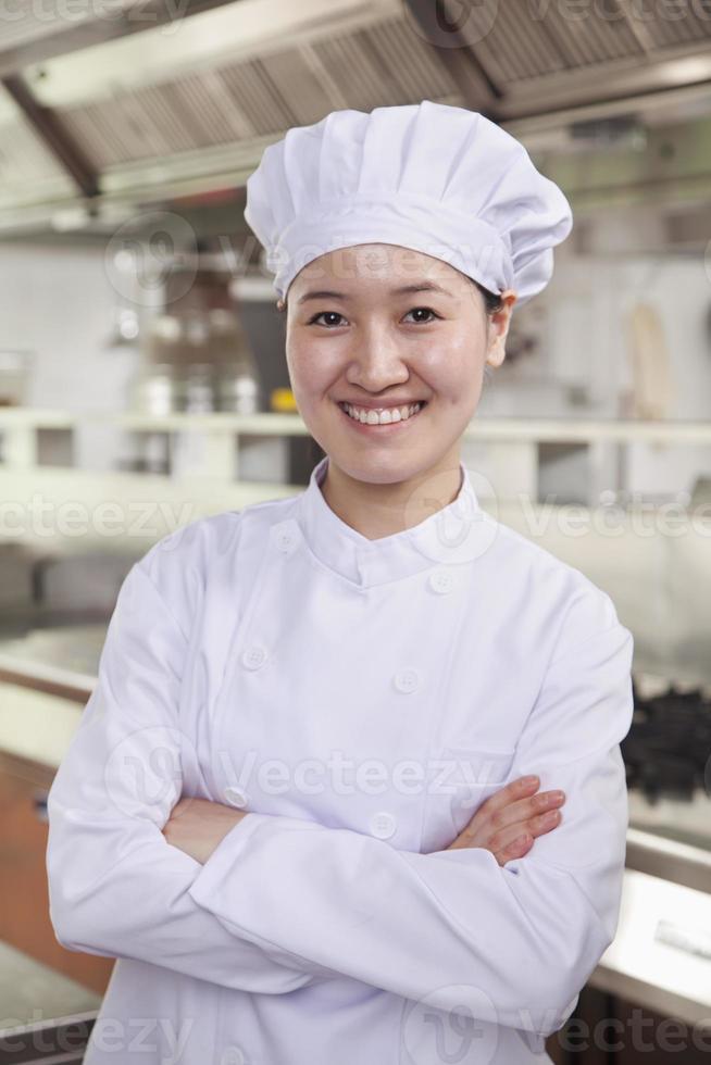 porträtt av en kock i ett branschkök foto