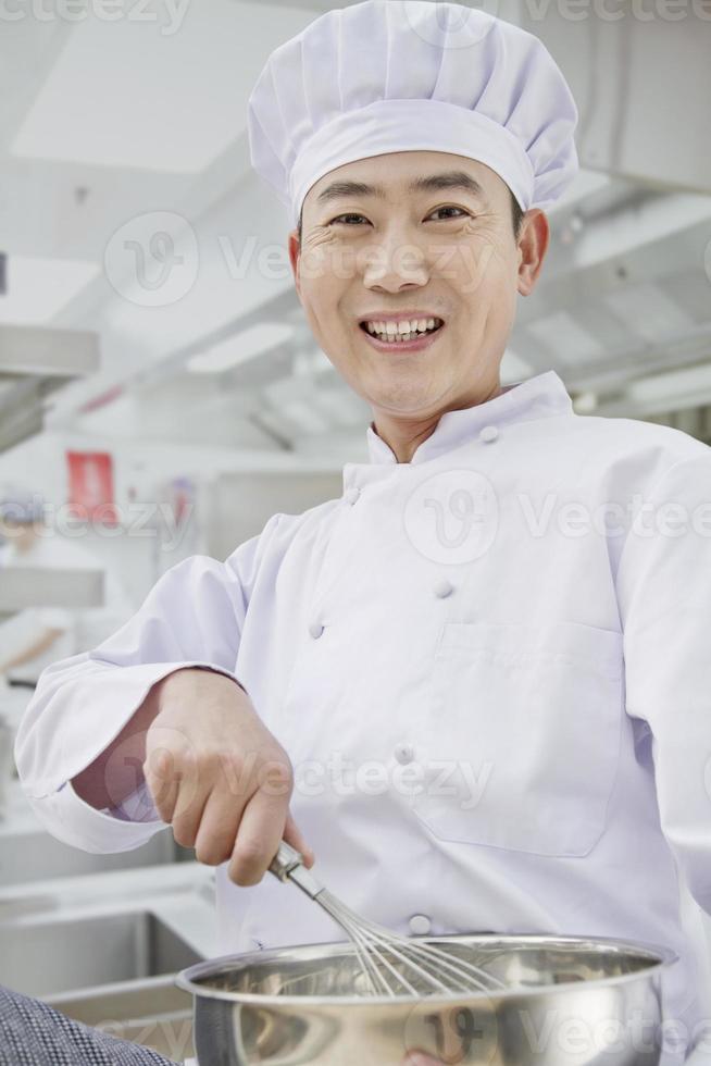 kock som viskar i skålen, porträtt foto