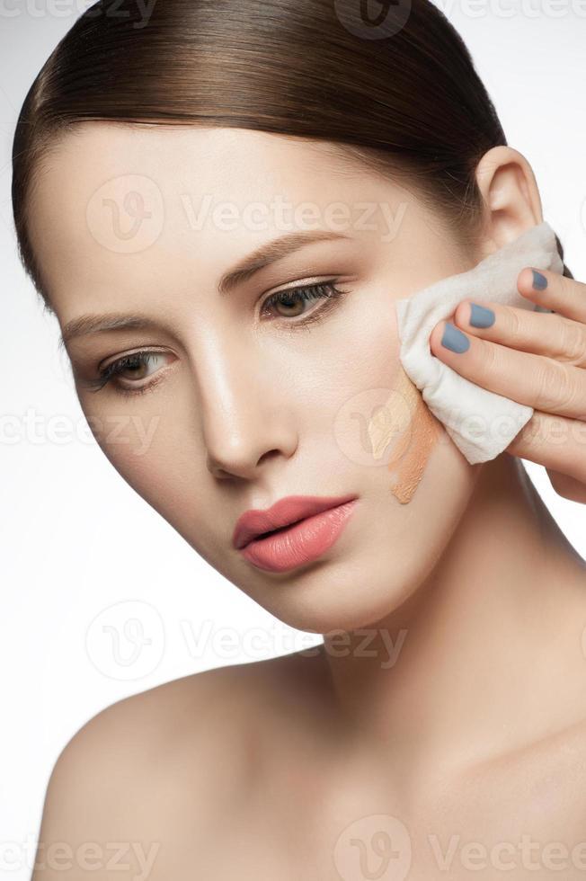 kvinna rengör ansiktet foto