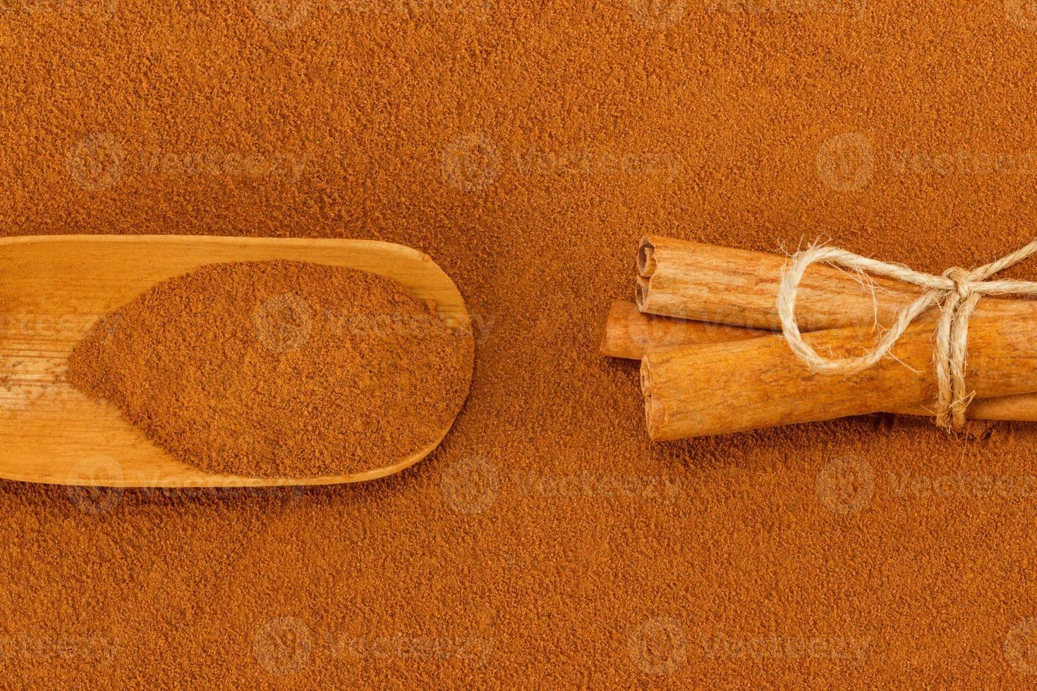 kanelpulver, pinnar och skopa foto