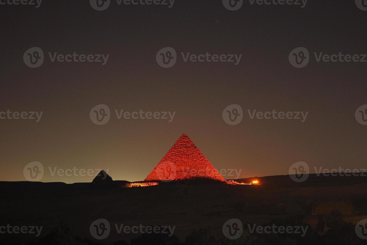 pyramider av giza på natten foto