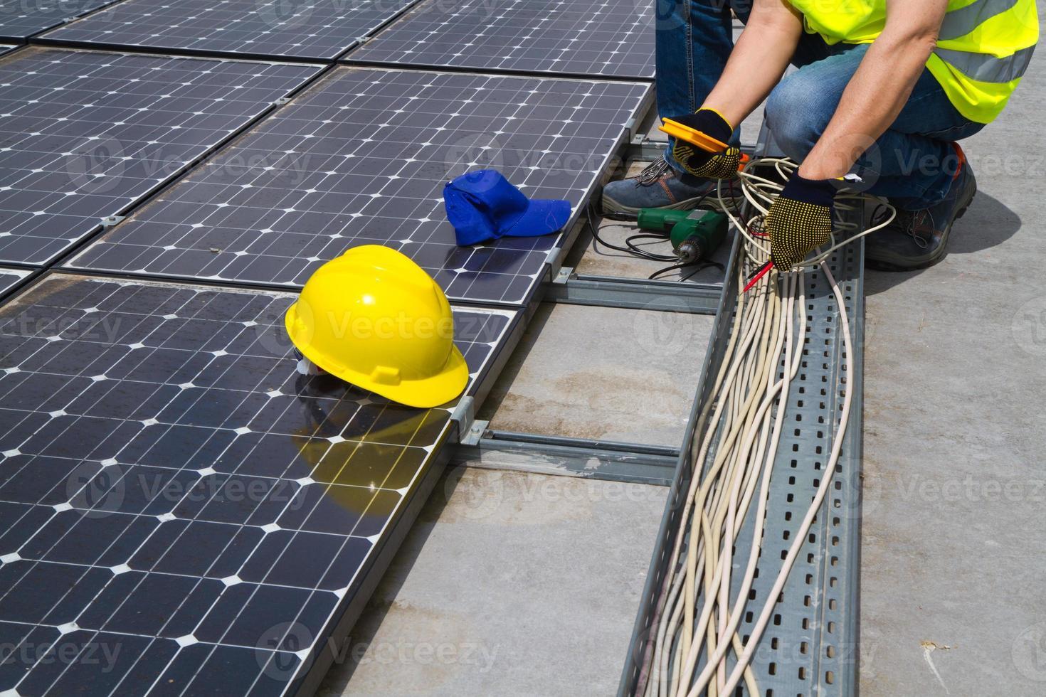 fotovoltaisk skicklig arbetare foto