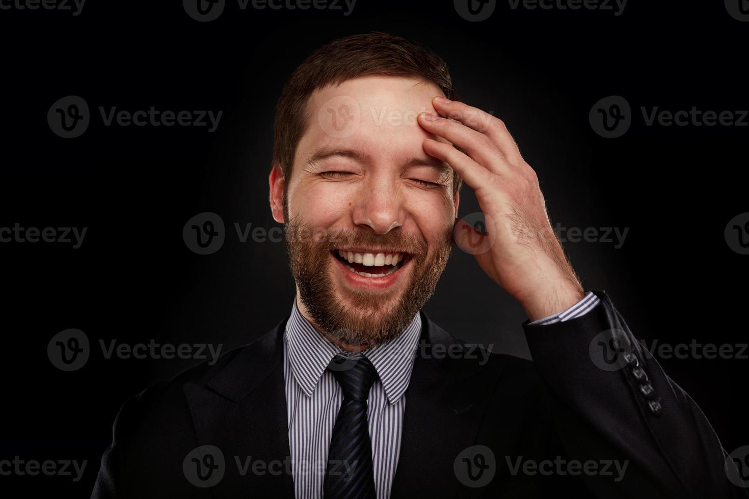 porträtt av glad leende ung affärsman i kostym foto
