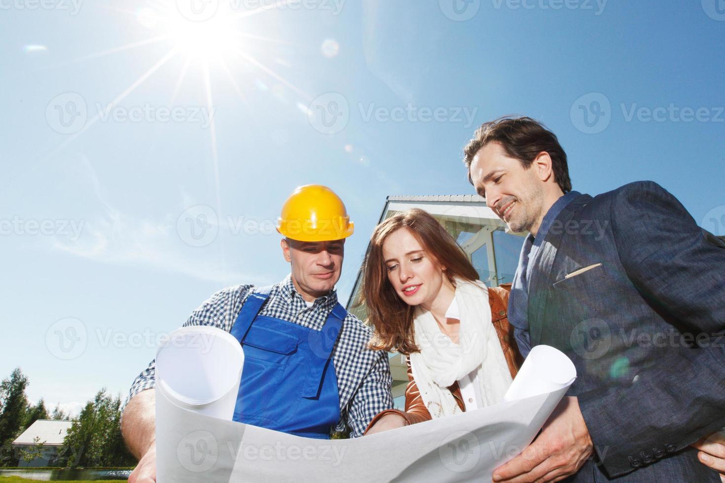 förman visar husplaner foto