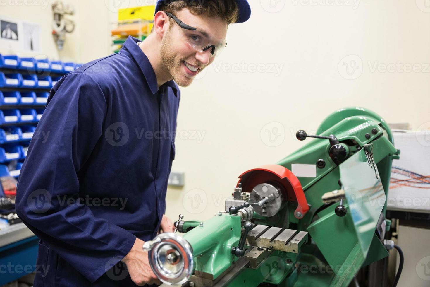 ingenjörsstudent som använder tunga maskiner foto