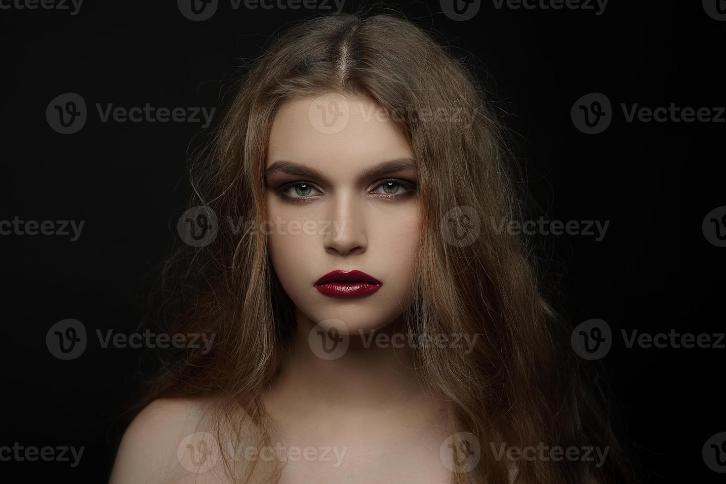vacker ung flicka med mode smink, naturligt hår, röda läppar foto