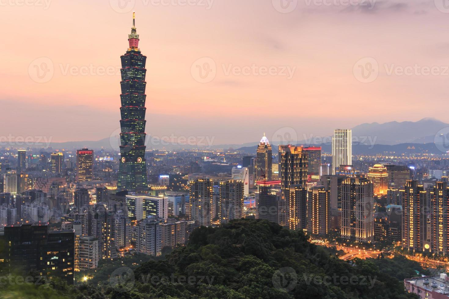 Taipei, Taiwan horisont vid skymningen foto