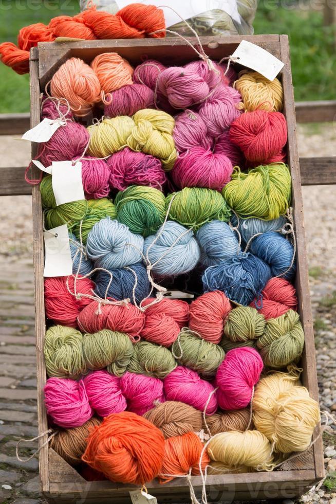 låda med färgglad ull. foto