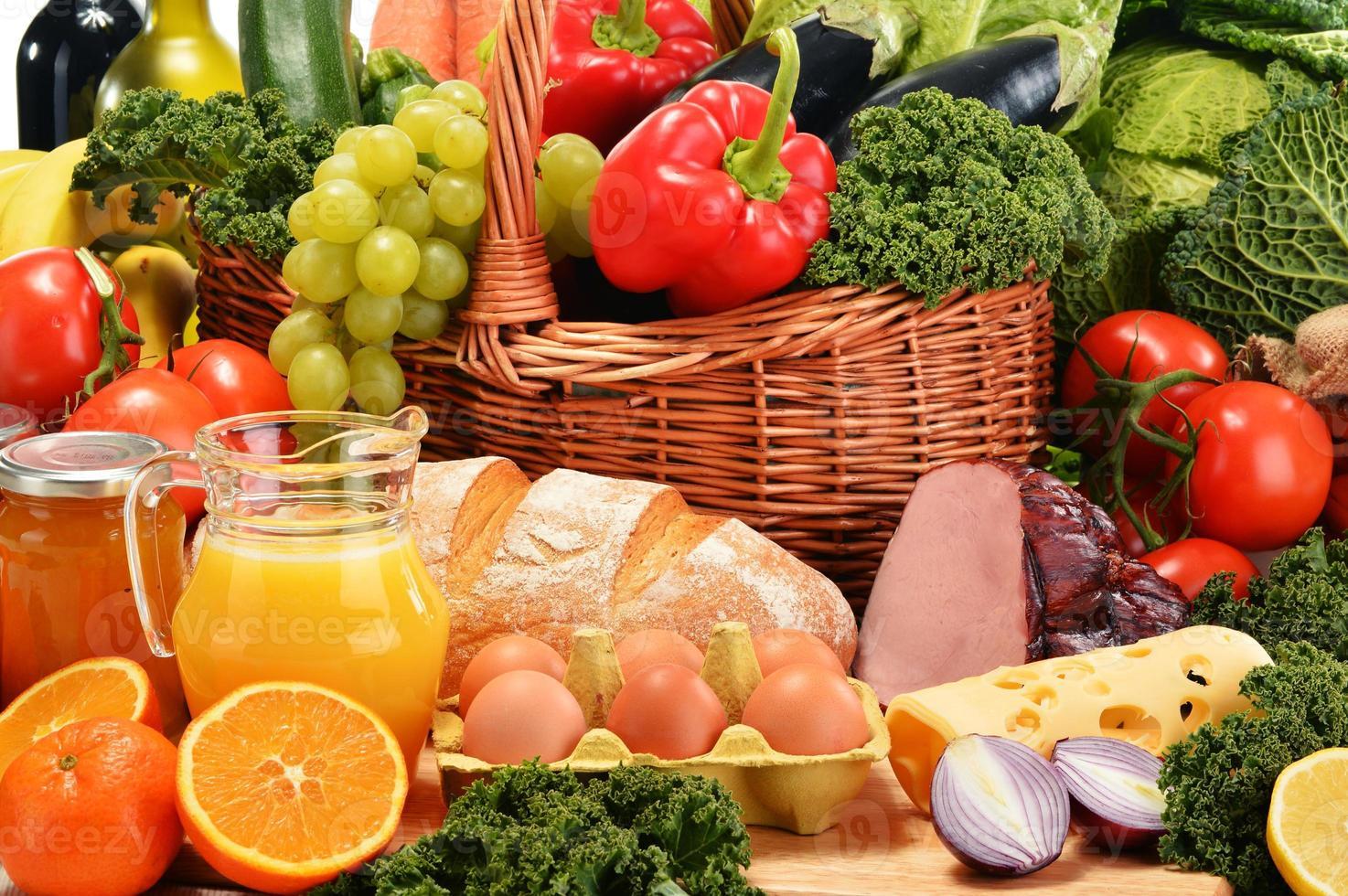 sammansättning med diverse organiska livsmedelsprodukter foto