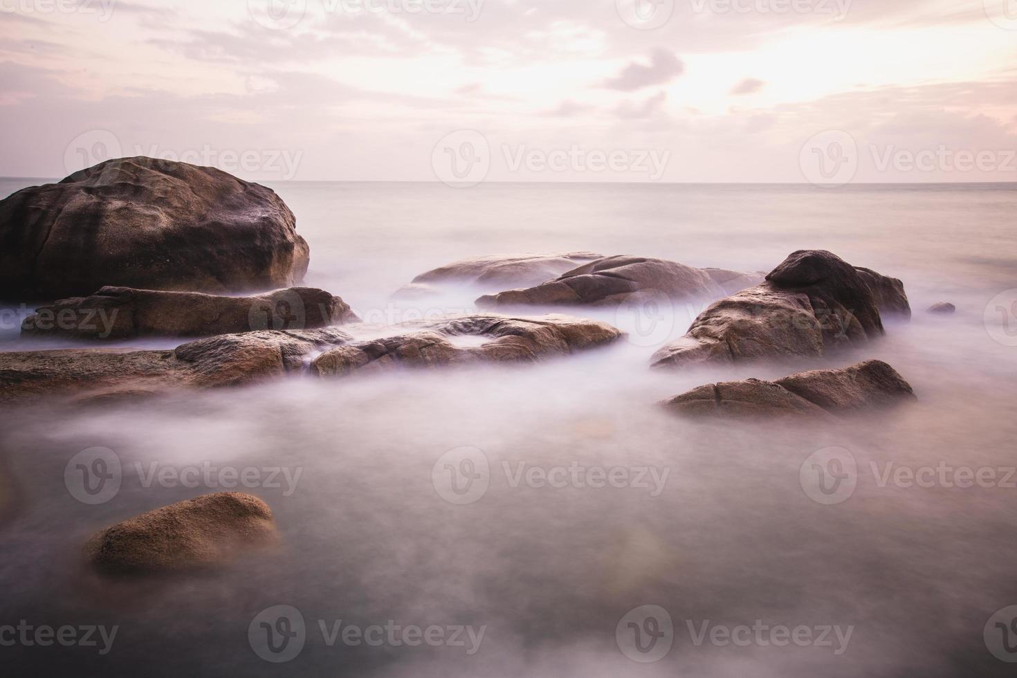 den steniga stranden eller stranden foto