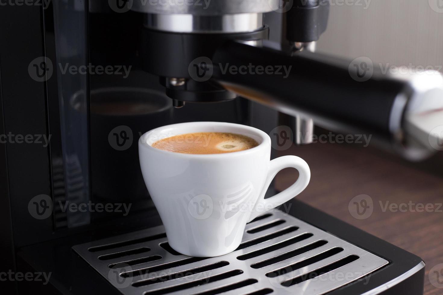 inhemsk kaffemaskin gör espresso foto
