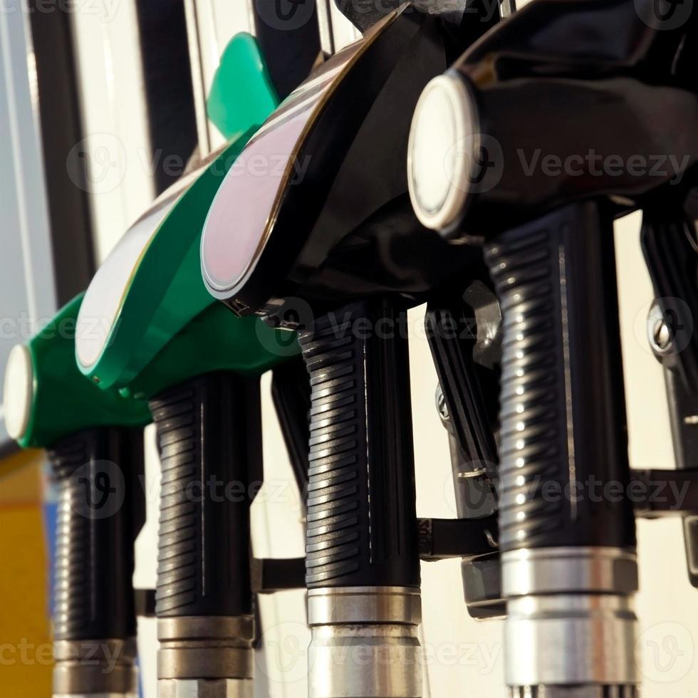 pumpmunstycken vid bensinstationen (selektiv inriktning) foto