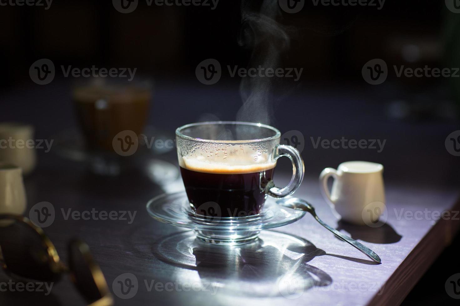 kopp varmt kaffe på bordet foto