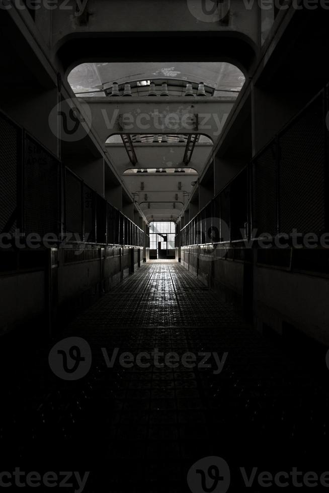 mörkt och övergivet ställe foto