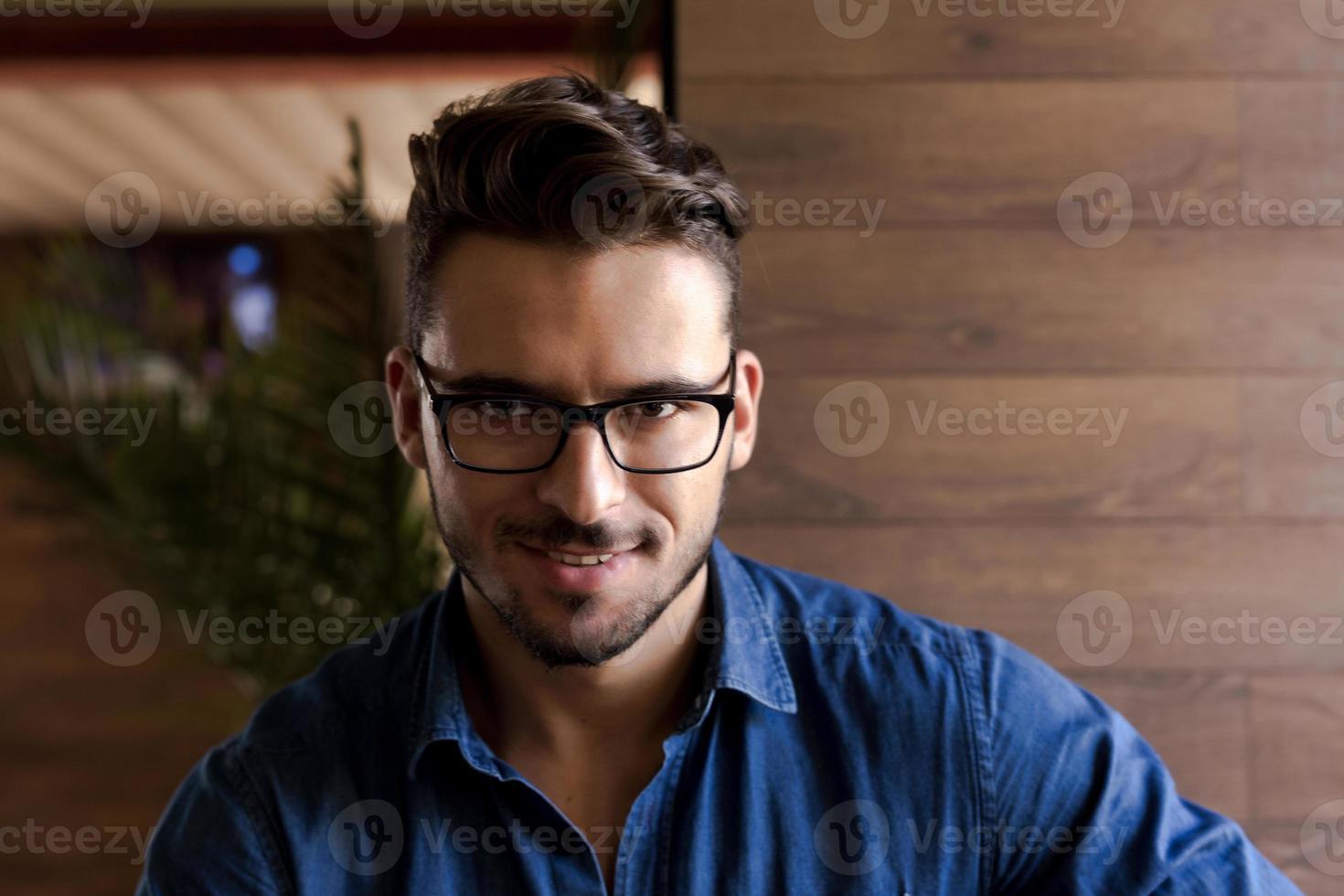 modern ser man med glasögon tittar på dig foto