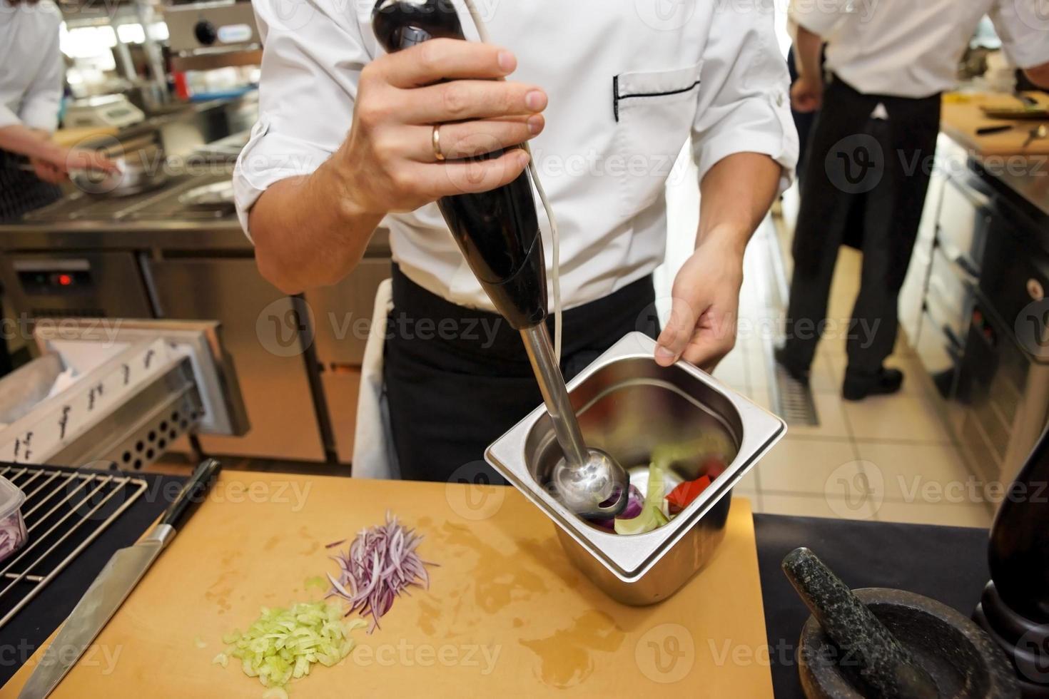 arbeta på det professionella köket foto