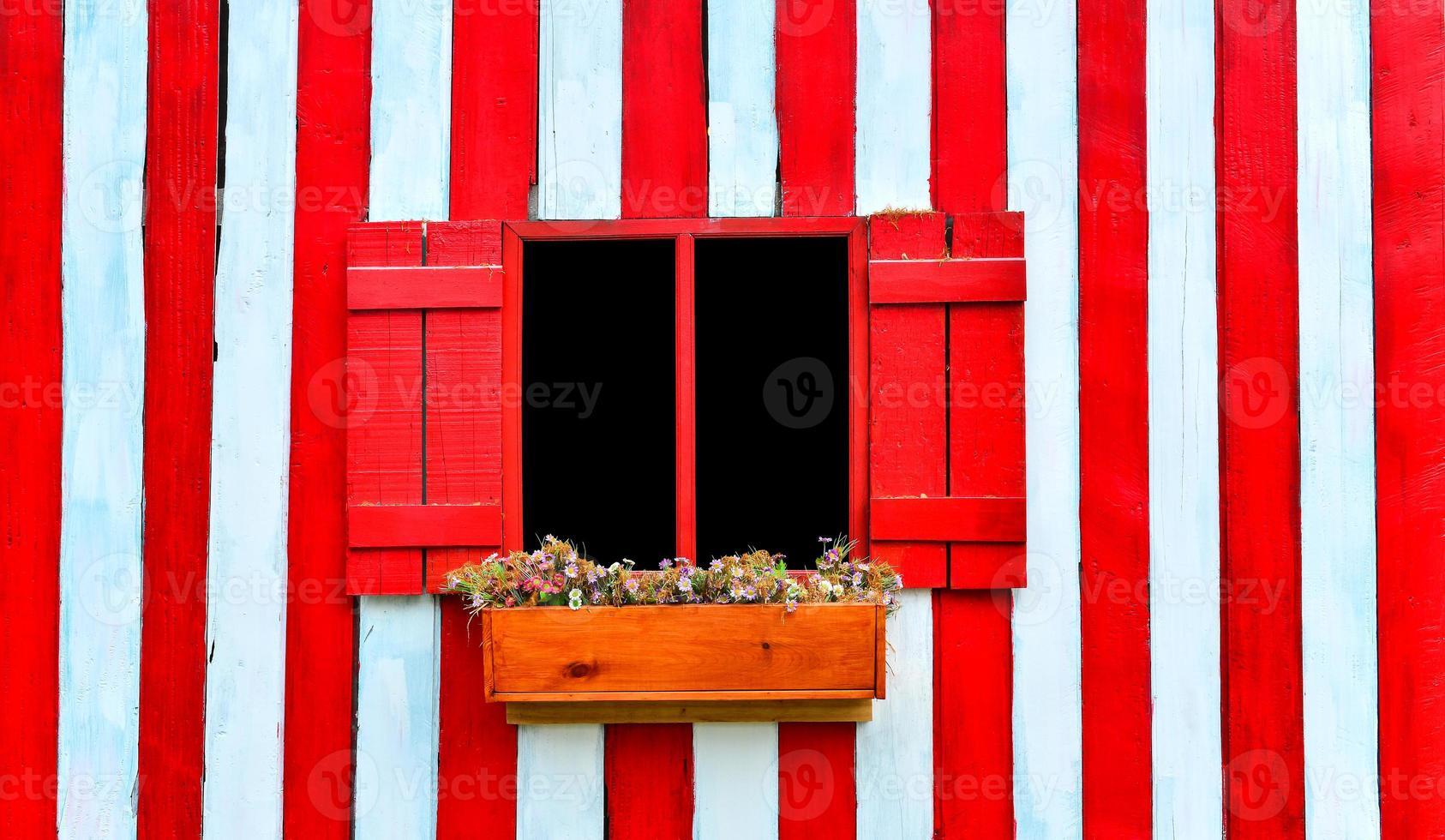 rött fönster på röda och vita trävägg foto