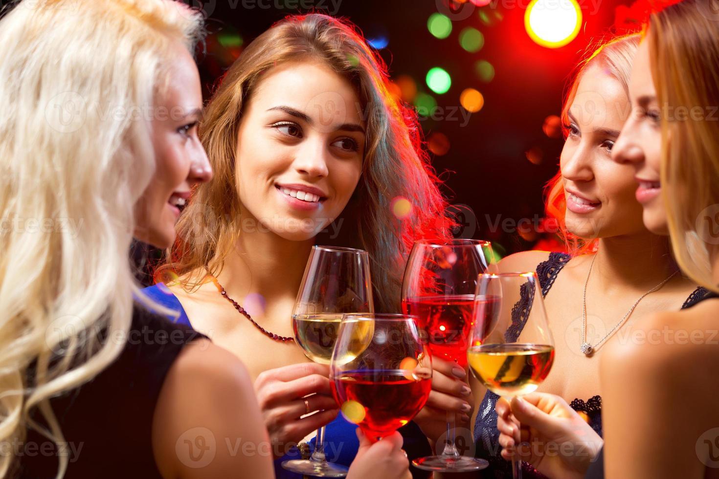 kvinnors händer med kristallglas vin foto