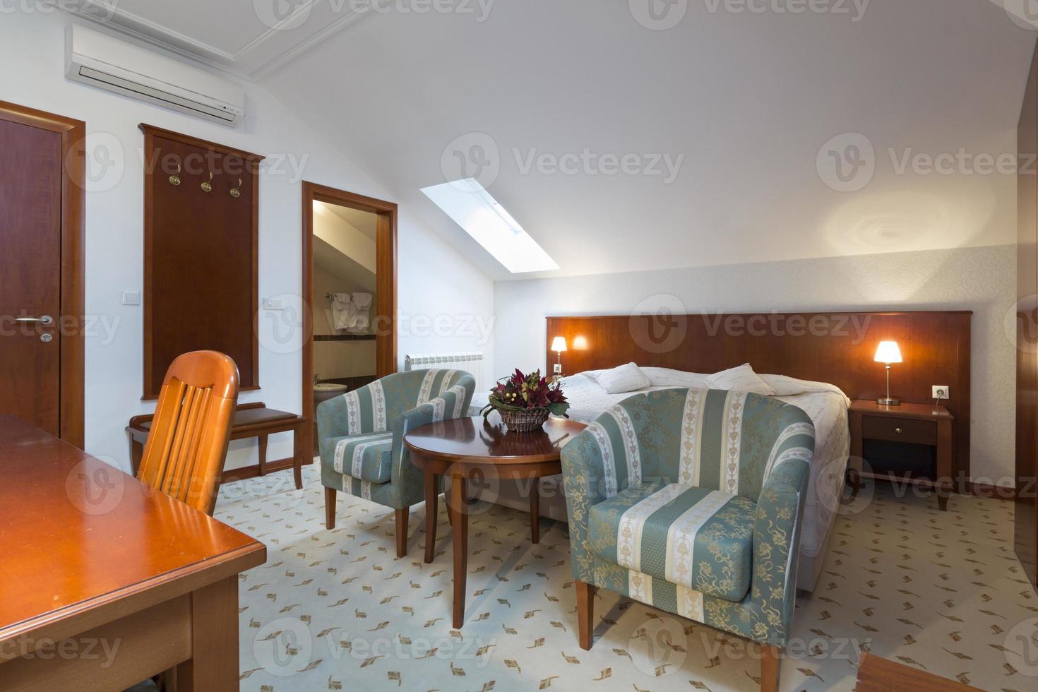 sovrum inredning i loft lägenhet foto