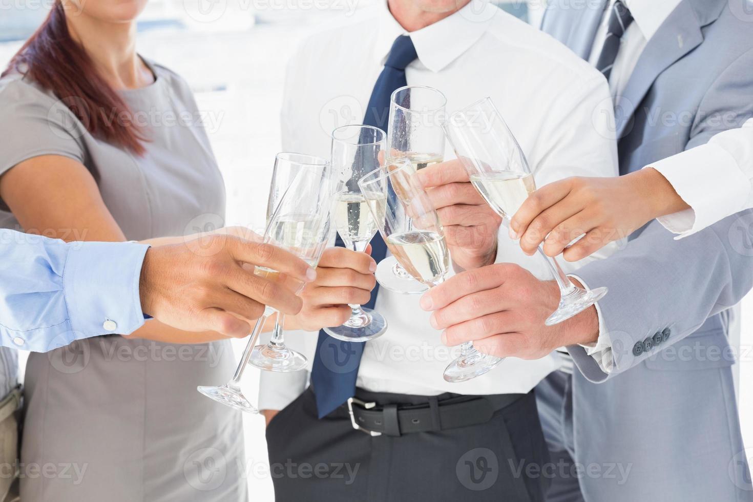 affärsarbetare som håller fest foto