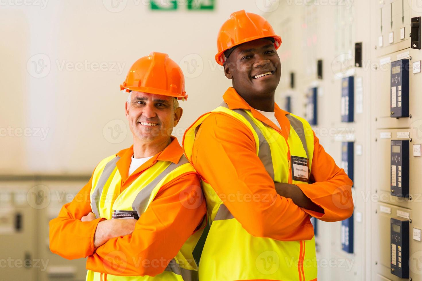industriella ingenjörer med armar korsade i kraftverkets kontrollrum foto