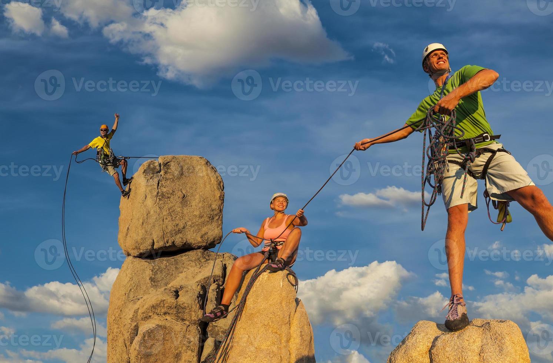 man och hustru klättring team på toppen. foto