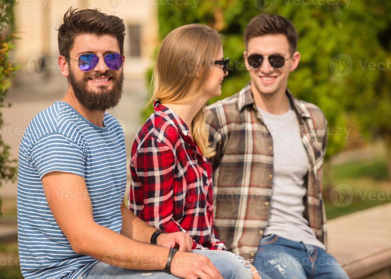 vänner utomhus foto