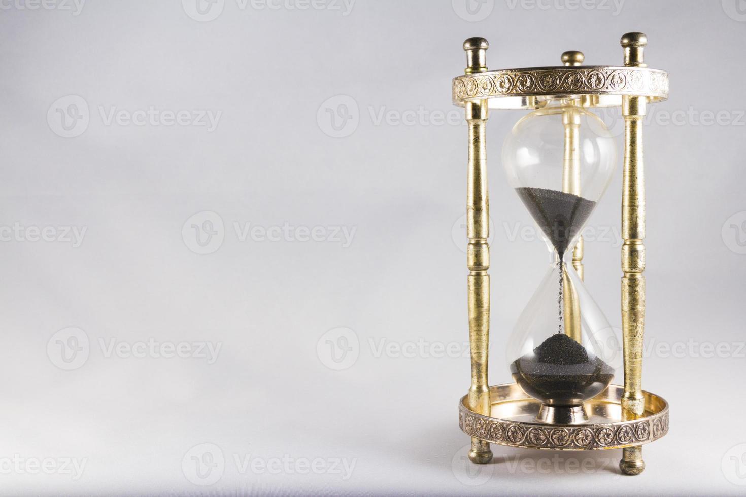 timglas, gammaldags timglas, svart sand, halvfullt, ri foto