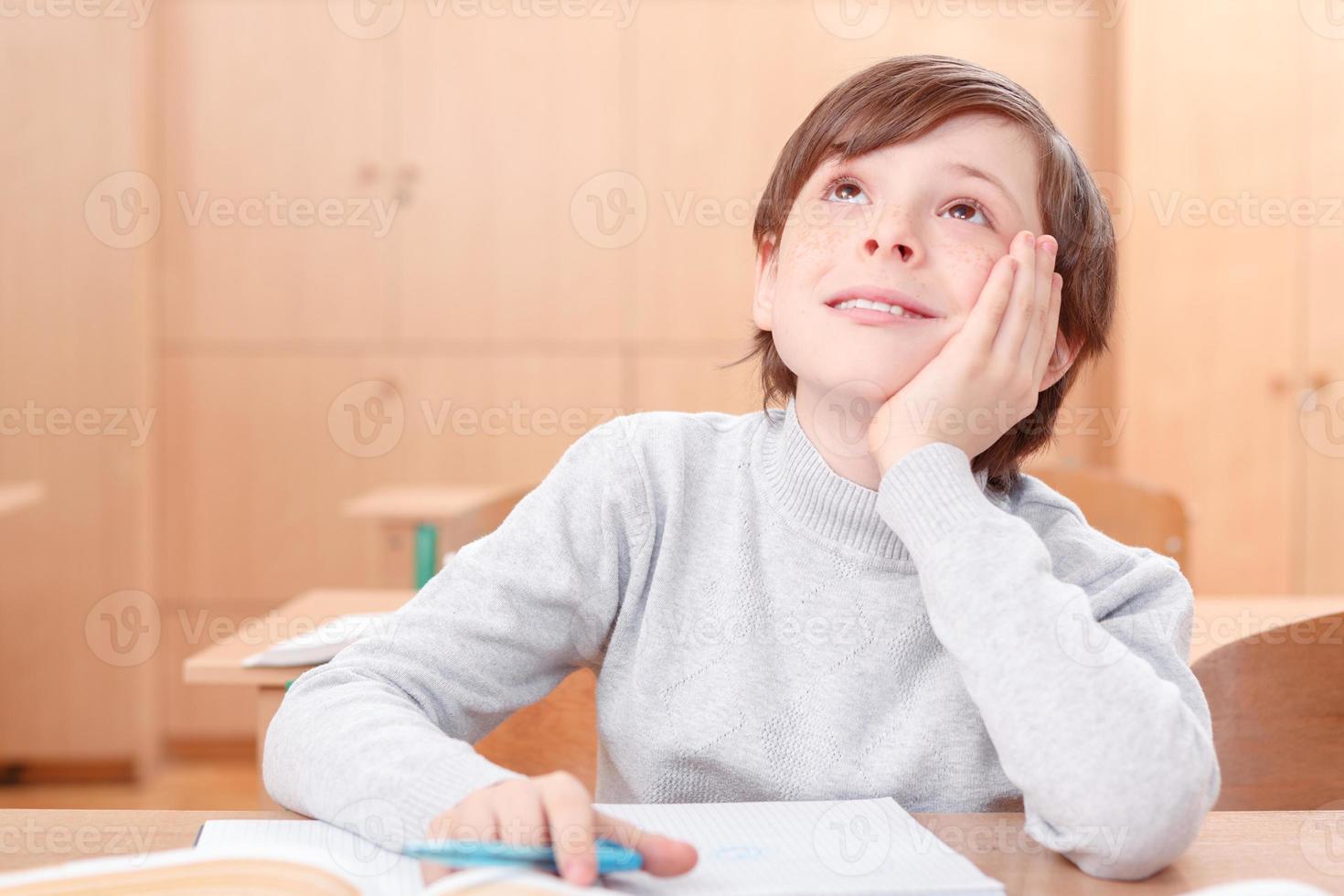 tankeväckande liten pojke under klasserna foto
