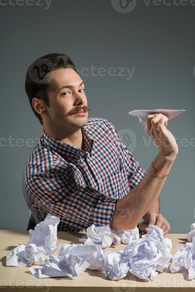 författare som kastar pappersplan foto