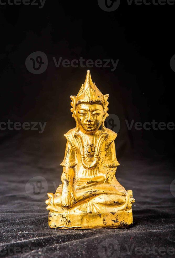 Buddhastaty isolerad på svart bakgrund foto