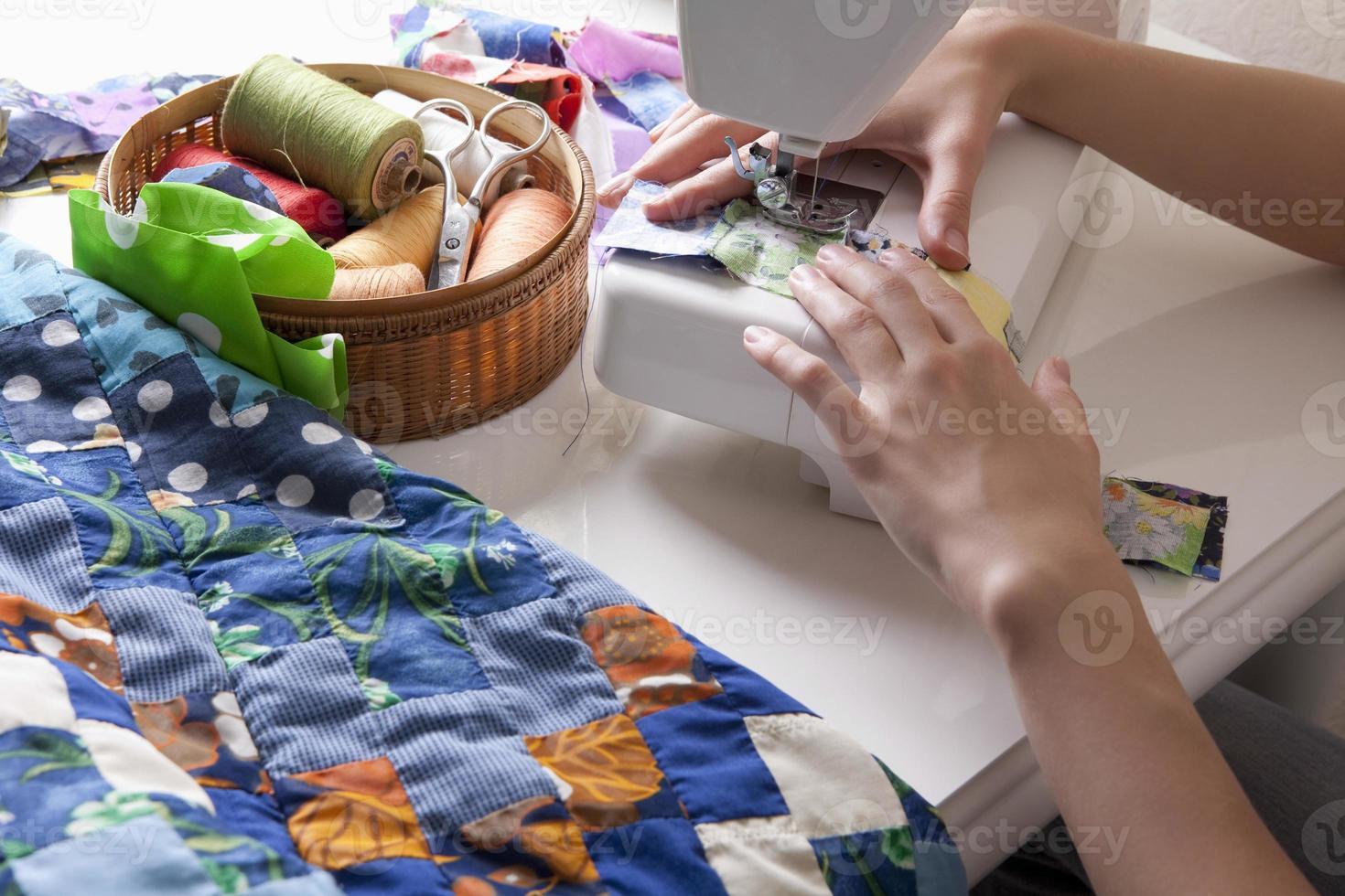 kvinna som gör patchwork på symaskinen foto