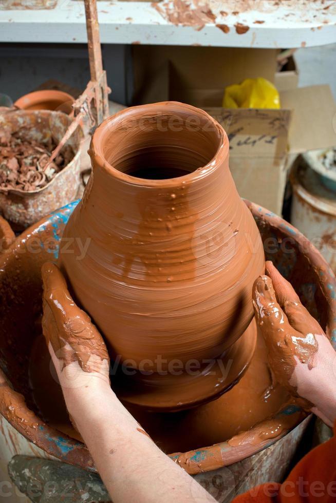 keramiker, skapar en lerkärl foto