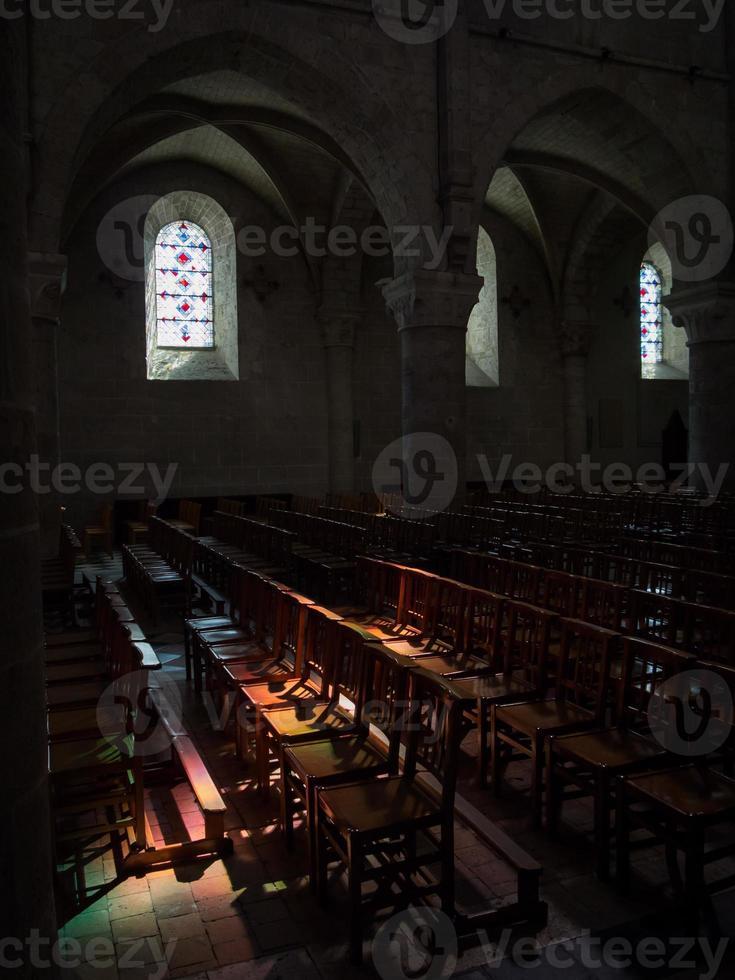 kyrkans interiör med intressant ljuseffekt foto