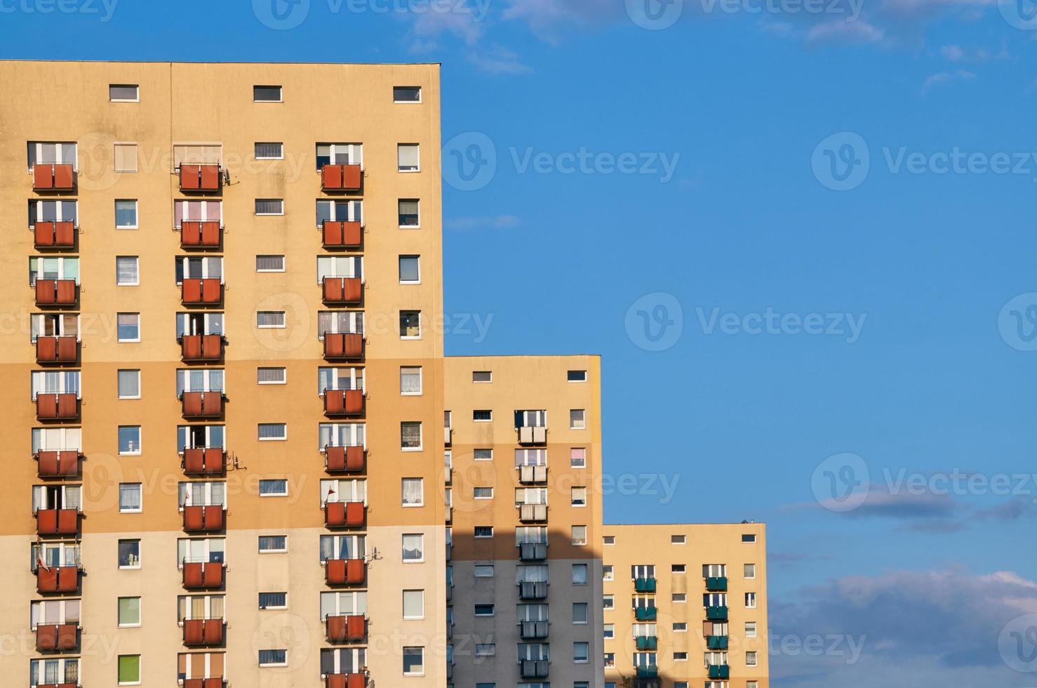 fasaden på ett bostadshus med höga byggnader foto