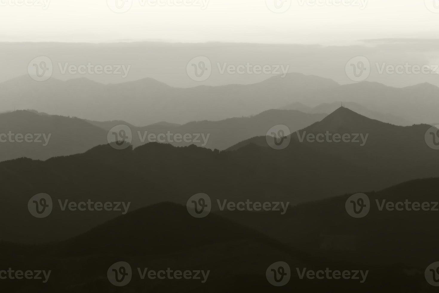 bergsilhuetter i svartvitt foto