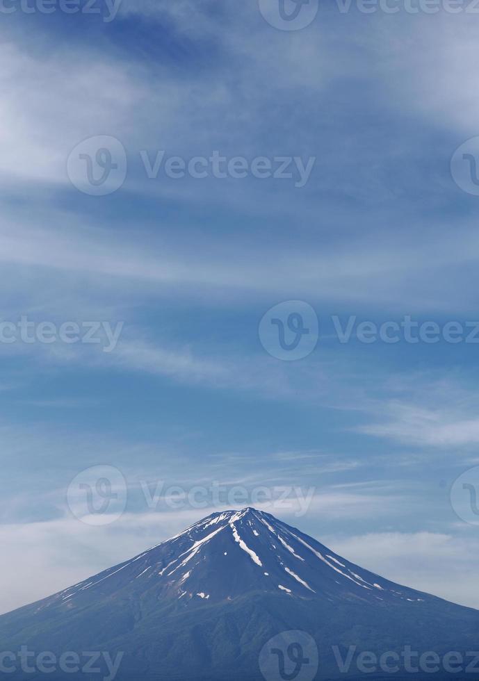 vulkanberg inuti många molnig blå himmel och sjöfront foto