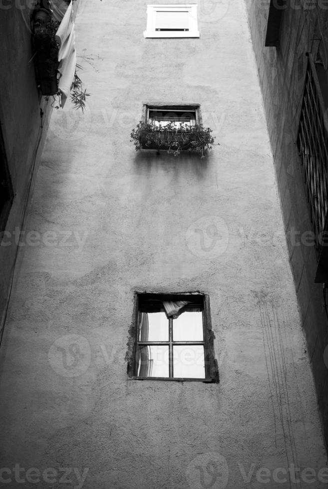 svartvit skjutning av ett glest hus i Barcelona foto