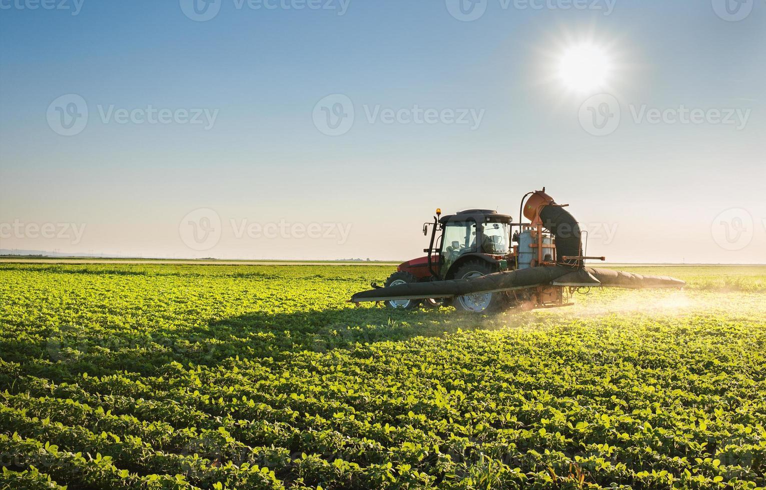 sprutning av traktorer foto