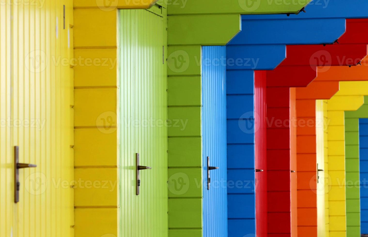 färgglada trästrandstugor foto