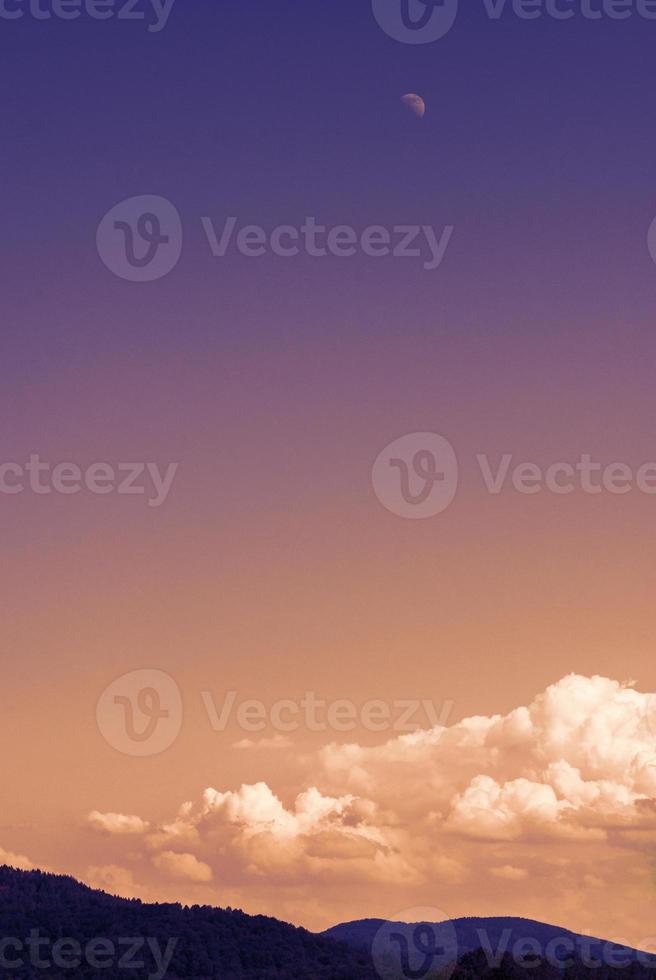 magisk lila orange solsken månehimmel foto
