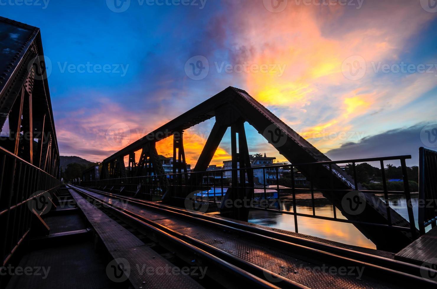 soluppgång och bro på floden kwai foto