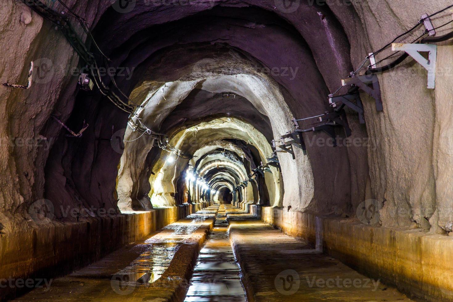 mörk tunnel med ljus foto
